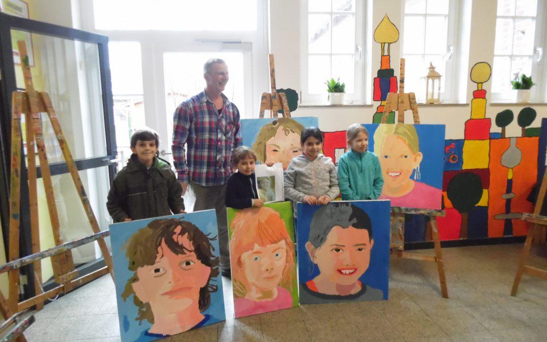 Vernissage der Kunst-AG zum Thema Portraitmalerei mit Herrn Papen von der Jugendkunstschule Münster